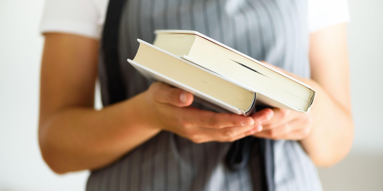 kvinne med gamle håndbøker