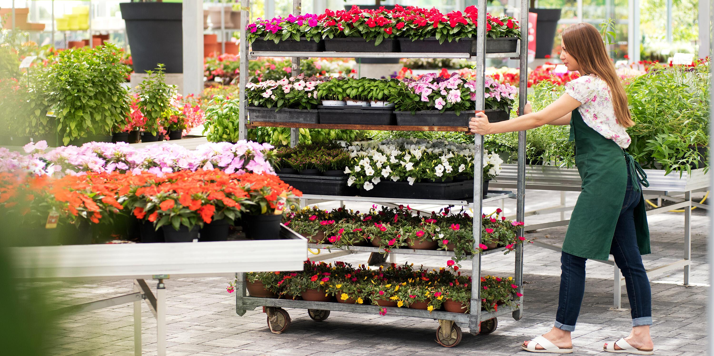 Kvinne på jobb i hagebutikk
